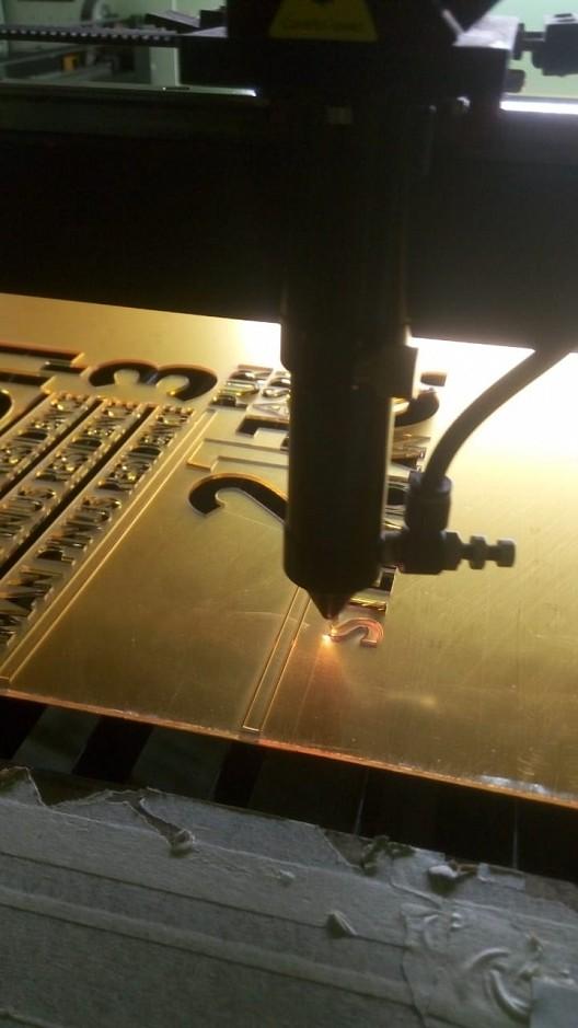Jasa Cutting Engraving Akrilik dan Masker Scuba